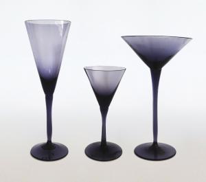 Zestaw trzech kieliszków, szkło sodowe, lata 60. XX w., wys. 15 x śr. 10,5 cm; wys. 15 x śr. 8 cm; wys. 11 x śr. 4,5 cm.